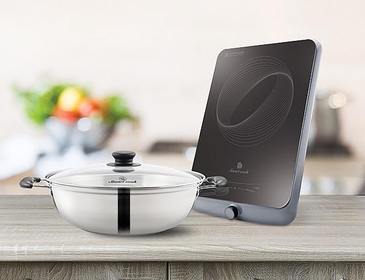 Bếp điện từ Smartcook ICS-3875 kích thước 30 x 38 cm, công suất 2.100 W có mặt bằng kính ceramic cường lực, khả năng chịu tải khi đun ở nhiệt độ cao là 25 kg, khả năng chống sốc nhiệt ở nhiệt độ lớn 700 – 900 C. Mâm từ được làm từ đồng nguyên chất, cấu tạo mâm từ kép ba, cho khả năng bắt từ cao. Điều khiển bằng các phím cảm ứng. Bếp có cế chế độ hẹn giờ. Sản phẩm tặng kèm một nồi lẩu inox, đang được giảm 44% còn 779.000 đồng.