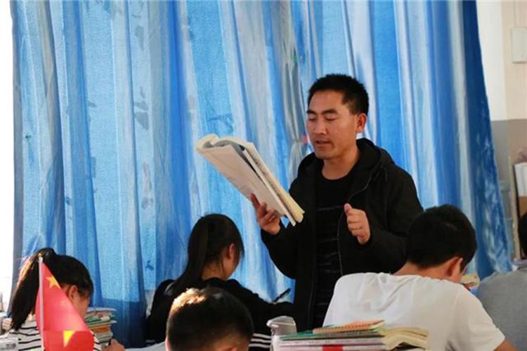 Con người chỉ trở nên vĩ đại khi học tập không ngừng, Lưu luôn nói câu mở đầu như vậy trong tất cả các bài phát biểu.truyền cảm hứng cho những học sinh ở vùng sâu, vùng xa ở Trung Quốc. Ảnh: Sohu