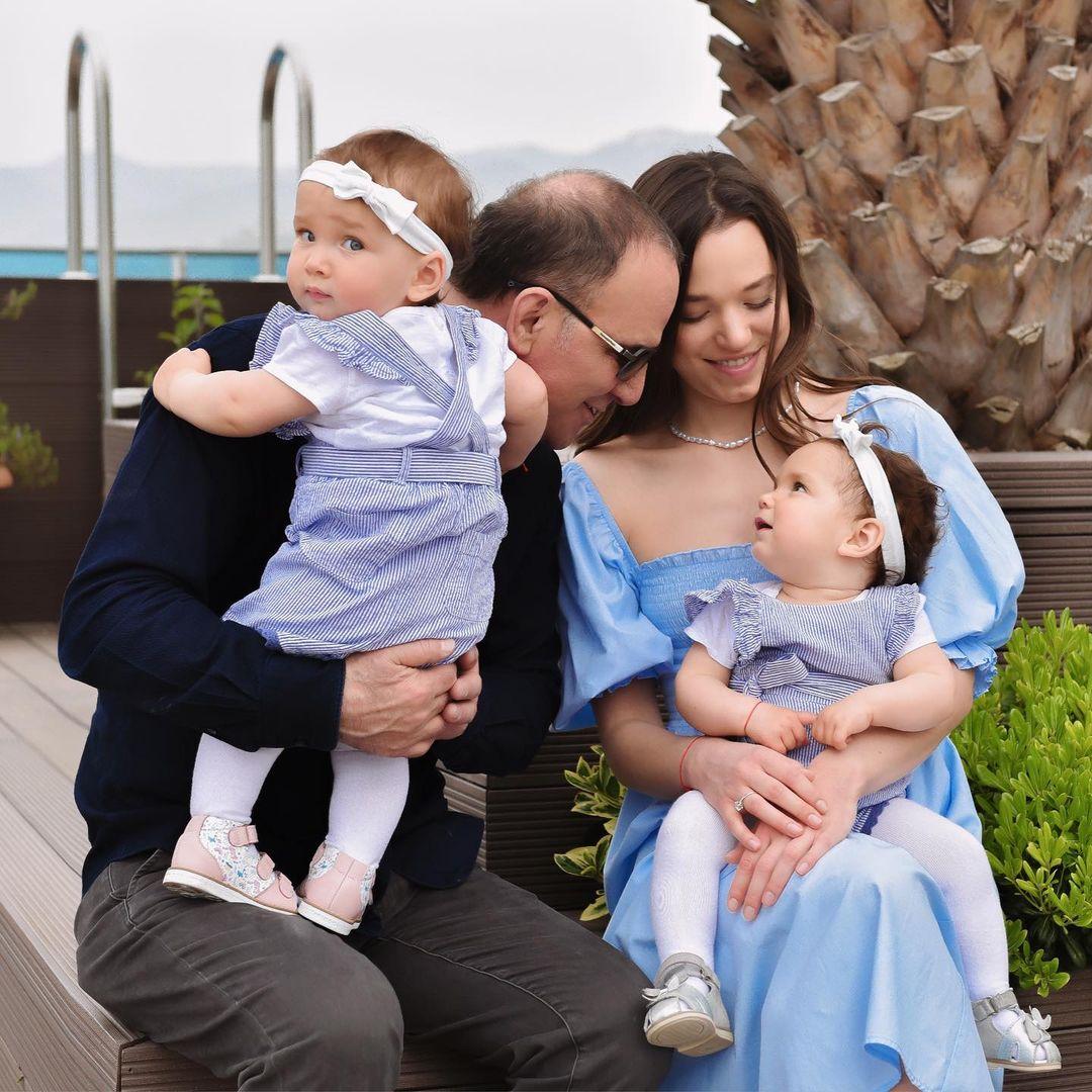 Cặp vợ chồng trong sinh nhật 1 tuổi của hai bé Alice và Airin vào ngày 19/4, trùng hợp cũng là ngày sinh nhật của Galip.  Ảnh: Instagram batumi_mama