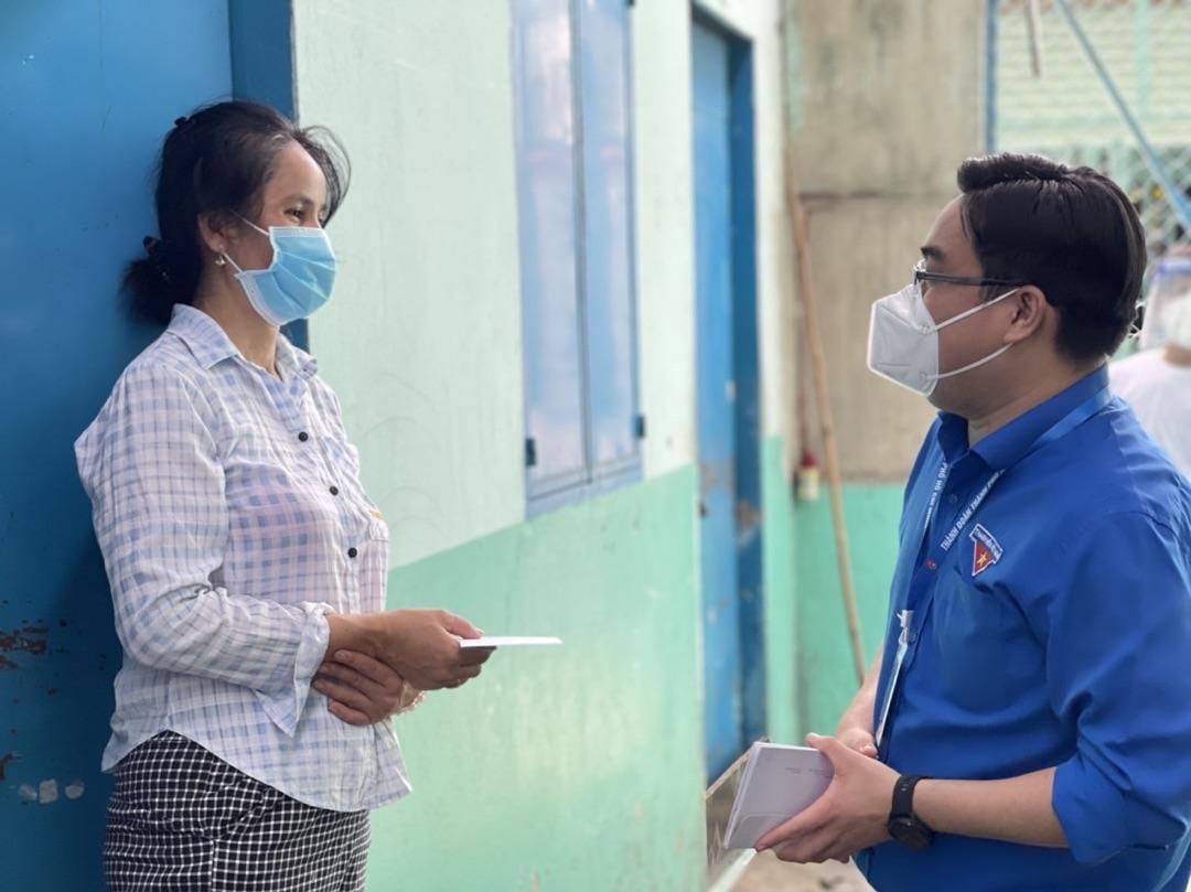 Người dân quận Bình Tân nhận túi thuốc F0 hộ người nhà.