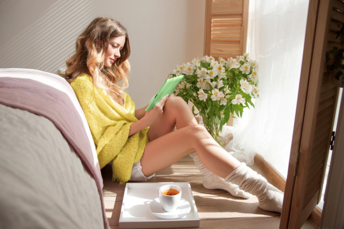 Hạn chế đọc các tin tức tiêu cực và đón nhận câu chuyện truyền cảm hứng sẽ giúp tâm trí nàng nhẹ nhõm hơn nhiều.