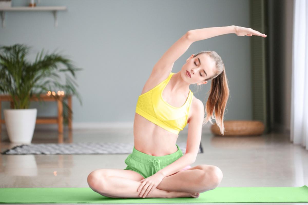 Chỉ cần một tấm thảm hay sợi dây nhảy và vài video hướng dẫn trên mạng, nàng có thể tự vận động rèn sức khỏe tại nhà.