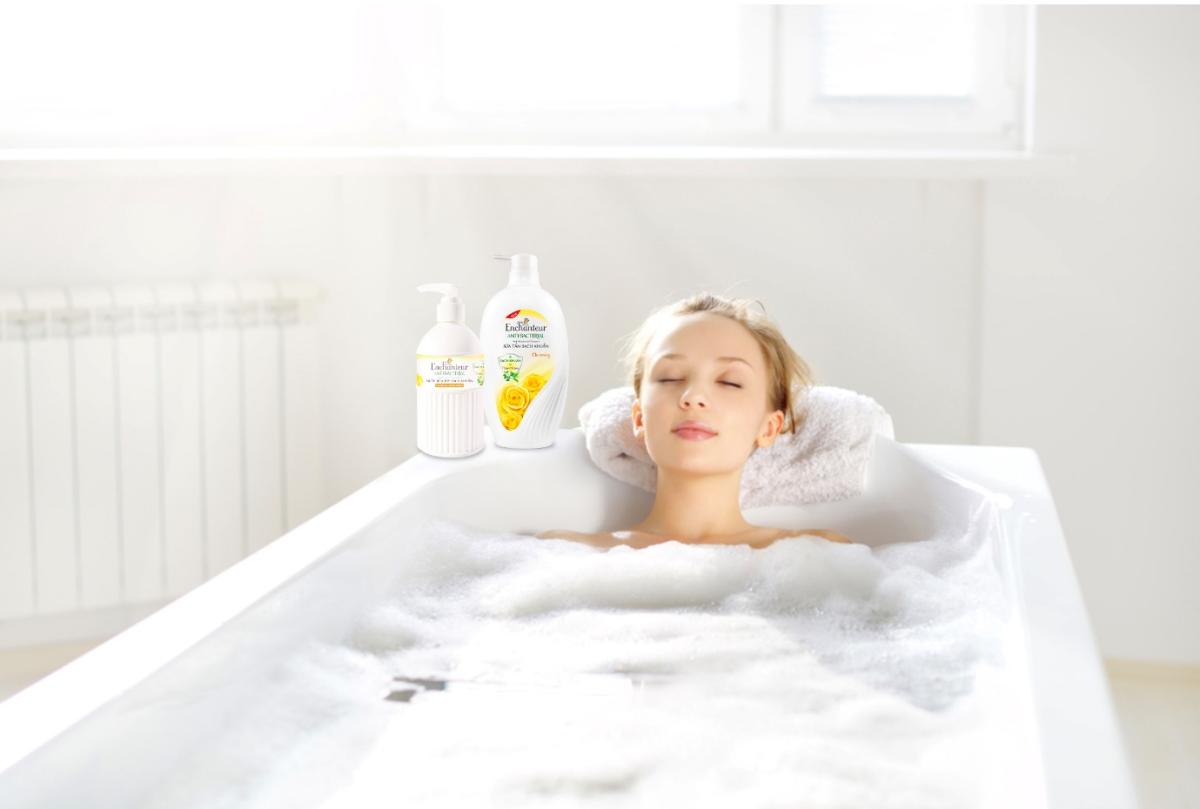 Nuôi dưỡng làn da sạch khuẩn, mịn thơm với bộ đôi sữa tắm và nước rửa tay Enchanteur.