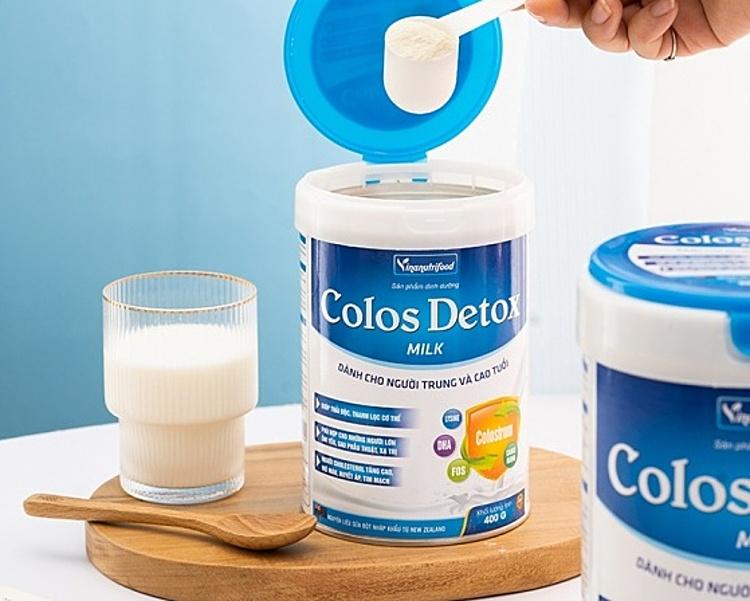 Sữa bột Colos Detox Milk xanh Vinanutrifood bổ sung sắt, canxi, whey protein, nhiều loại khoáng chất và vitamin, chứa dưỡng chất DHA, EPA, choline,... tăng cường sức đề kháng, giúp nhanh chóng phục hồi sức khỏe, thanh lọc cơ thể. Sản phẩm uống bổ sung hàng ngày, thay thế bữa ăn phụ, dùng được cho cả người lớn và trẻ em, người ốm, người vừa phẫu thuật, không phải là thuốc và không có tác dụng thay thế thuốc chữa bệnh. Khi uống pha 1 muỗng gạt ngang pha cùng 60ml nước đun sôi để ấm (khoảng 40-50*C). Số lượng muỗng dùng trong ngày theo nhu cầu để cung cấp dưỡng chất cần thiết cho cơ thể. Dùng hết sản phẩm trong vòng 30 ngày sau khi mở nắp bao bì. Một hộp 900 gr đang được bán với giá ưu đãi 455.000 đồng.