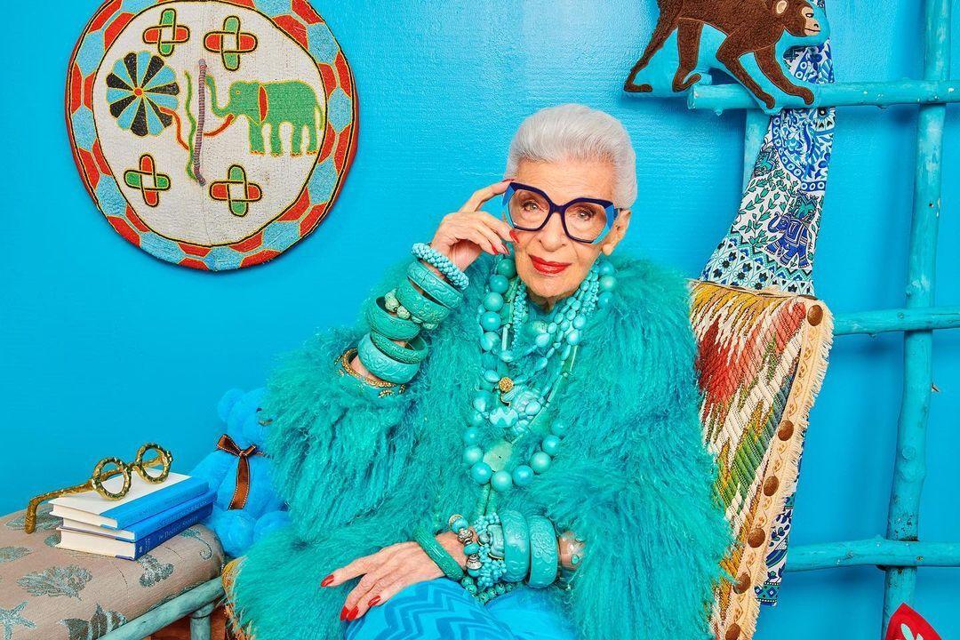 TheoInstyle, trong gần 80 năm qua, Iris Apfel chưa từng thay đổi cách mặc, quan điểm thẩm mỹ trong thời trang. Ảnh: Instagram Iris Apfel