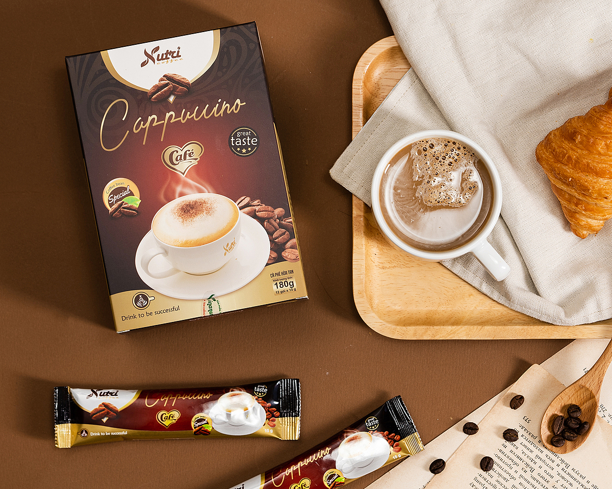 Cà phê capuchino Vinanutrifood C01 với thành phần được tuyển chọn nghiêm ngặt từ khâu nguyên liệu đầu vào sau đó chế biến, đóng gói đạt tiêu chuẩn xuất khẩu sang các thị trường khó tính. Một hộp có 12 gói, mỗi gói 15g bao gồm: bột kem thực vật (non dairy creamer) 36%, đường tinh luyện 30%, bột kem tạo bọt 20%, bột cà phê hoà tan 12%, phụ gia: muối, màu caramen, hương cà phê tổng hợp. Khi uống, pha một gói với 40ml – 60 ml nước nóng hoặc ấm, có thể uống ấm hoặc thêm đá lạnh tùy khẩu vị. Một hộp đang được được bán với giá ưu đãi 58.000 đồng.