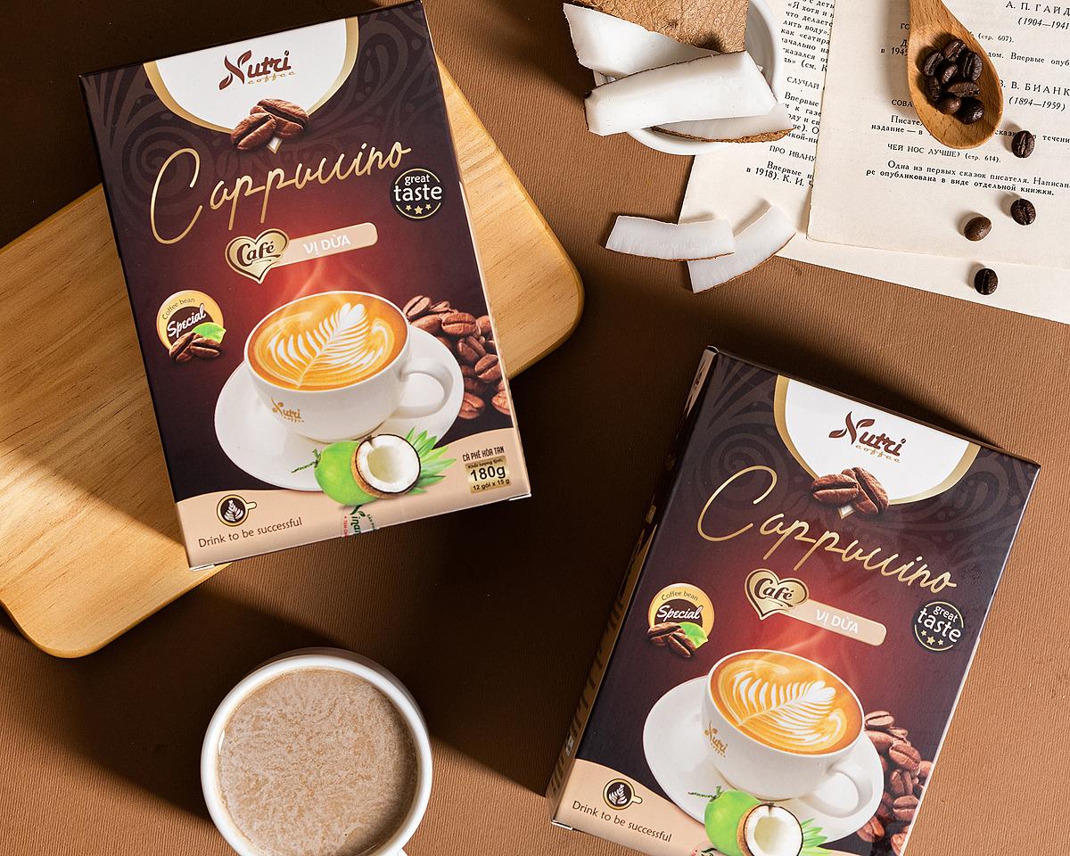 Cà phê capuchino dừa Vinanutrifood C03 là sự kết hợp giữa hương vị cà phê đặc trưng cùng vị dừa truyền thống với thành phần gồm bột cafe hòa tan, bột cốt dừa, bột kem thực vật (non dairy creamer), bột màu thực vật (caramen), hương dừa. Sản phẩm được người uốn đánh giá có hương vị mới mẻ, tạo cảm giác thư thái khi thưởng thức. Khi uống, pha một gói với 80ml - 100 ml nước nóng hoặc ấm, có thể uống ấm hoặc thêm đá lạnh tùy khẩu vị. Một hộp có 12 gói, mỗi gói 15g đang được được bán với giá ưu đãi 62.000 đồng.