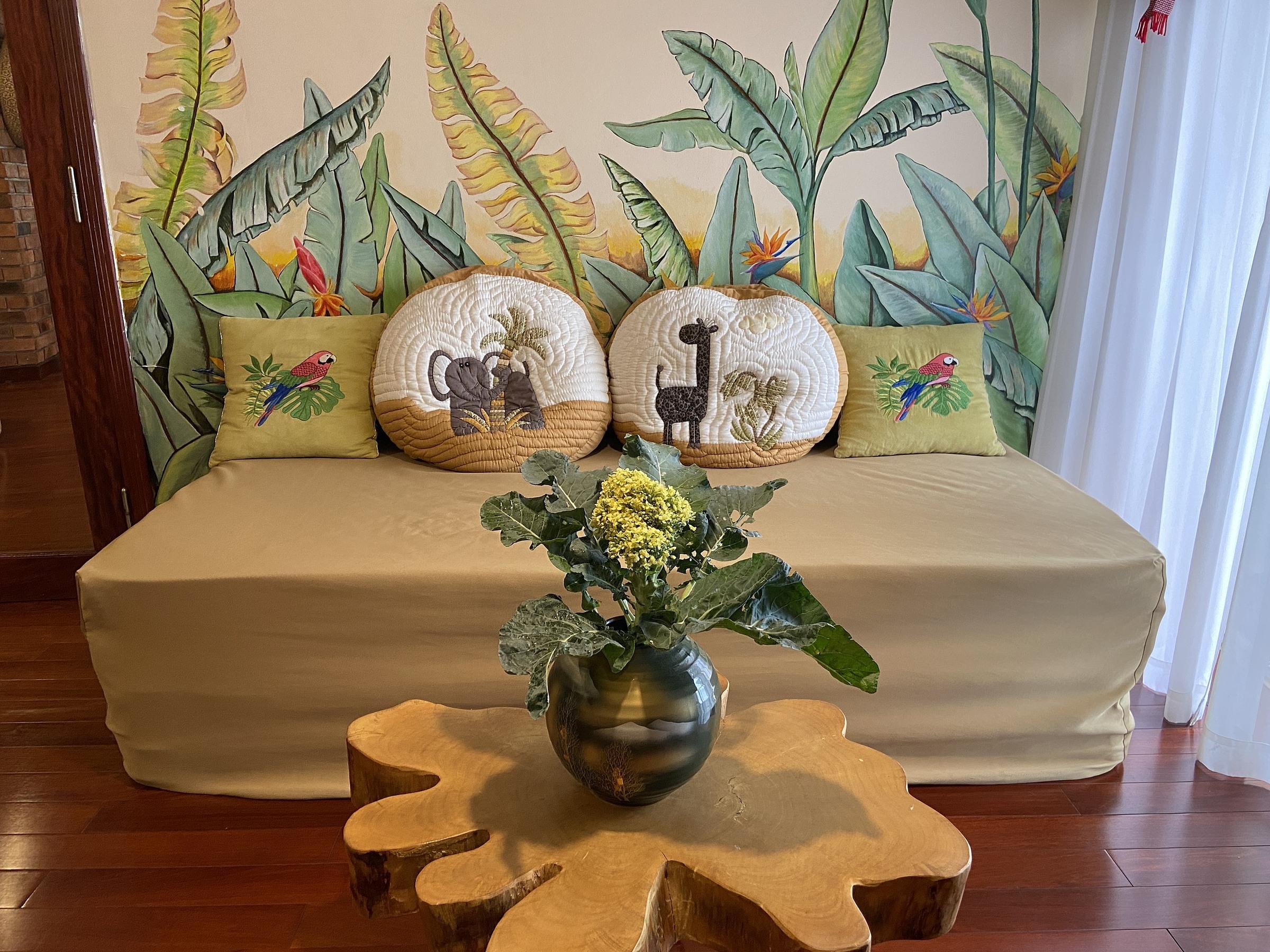 Cây súp lơ trở thành lọ hoa trang trí trong nhà.