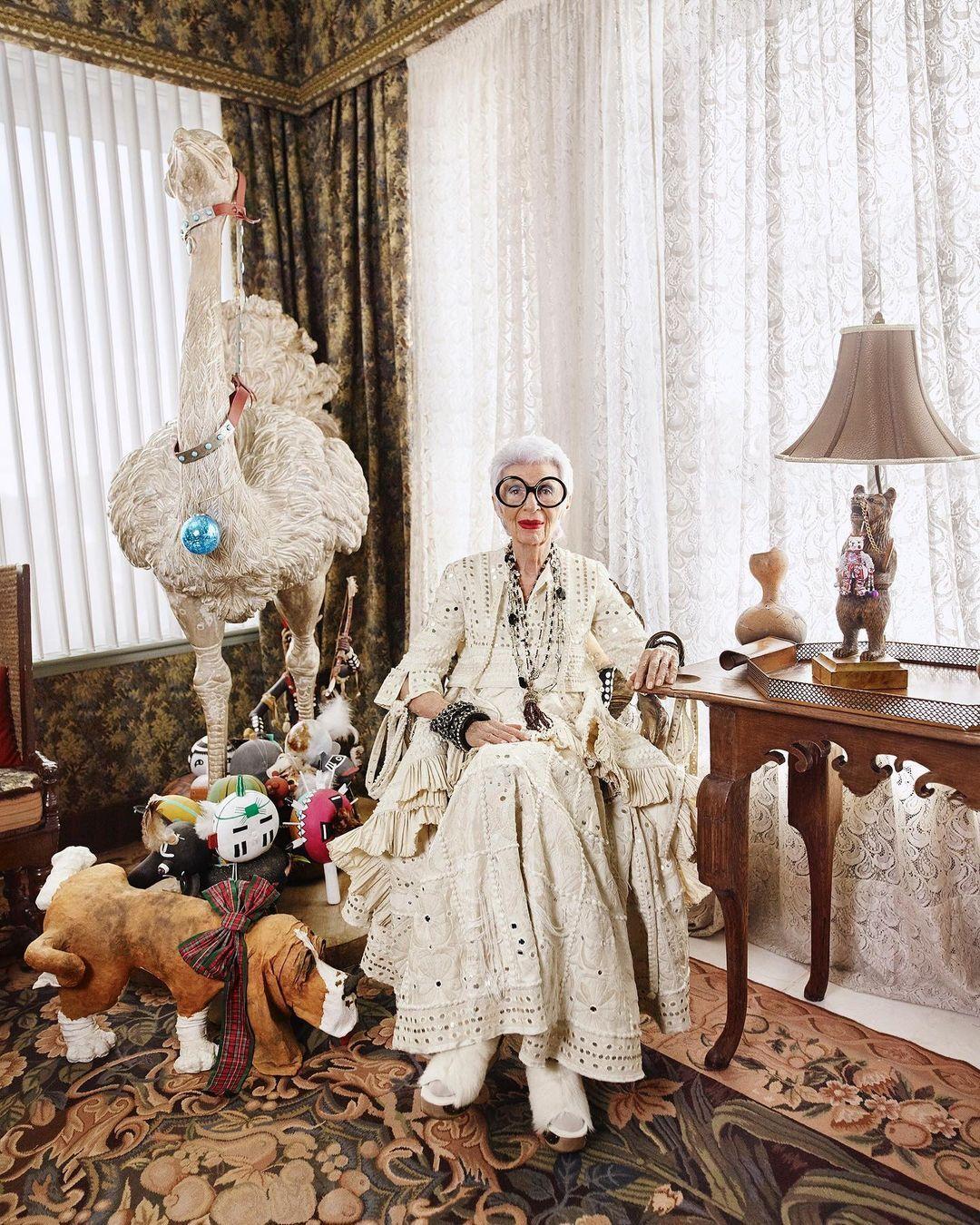 Muốn trẻ phải nghĩ mình trẻ là quan niệm giữ cho bà Apfel luôn sống trẻ trung, năng động. Hài hước, tò mò cũng là liều thuốc bổ cho cụ bà tự xưng là Thanh niên sống lâu nhất thế giới. Ảnh: Instagram Iris Apfel