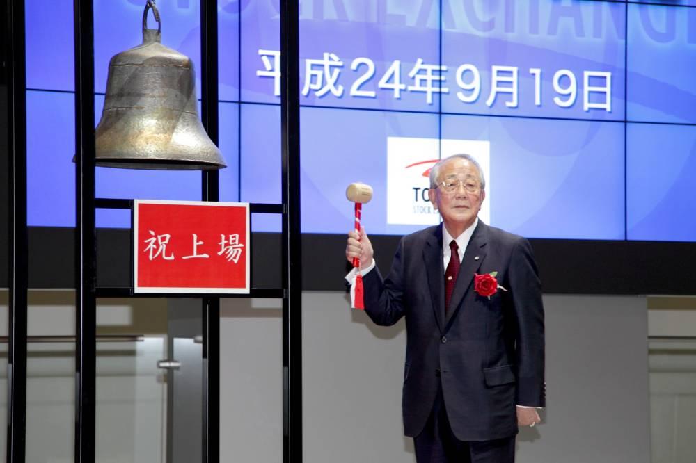 Inamori Kazuo đánh tiếng chuông bắt đầu phiên giao dịch đầu tiên của cổ phiếu Japan Airlines khi hãng này được tái niêm yết trở lại trên sàn chứng khoán Tokyo, tháng 9/2012. Ảnh: Thư viện Inamori/Kyocera.