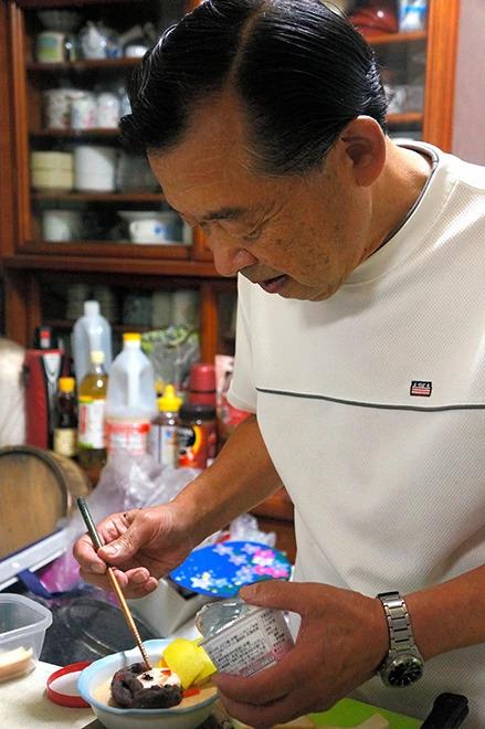 Ông Torikai trang trí hình sinh động lên bát thức ăn của vợ. Ảnh: