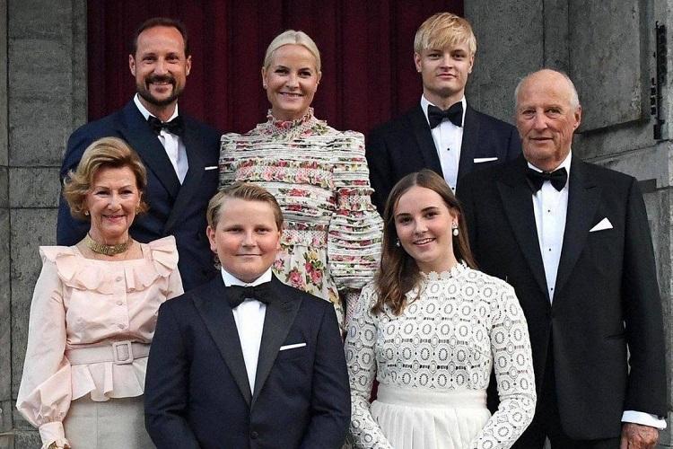 Hoàng gia Na Uy sống một cuộc sống tương đối bình thường. Quốc vương Na Uy là  một trong những quốc vương nghèo nhất thế giới và gia đình hoàng gia này sống khiêm tốn nhất so với các gia đình hoàng gia khác ở châu Âu. Ảnh: @detnorskekongehus / Instagram