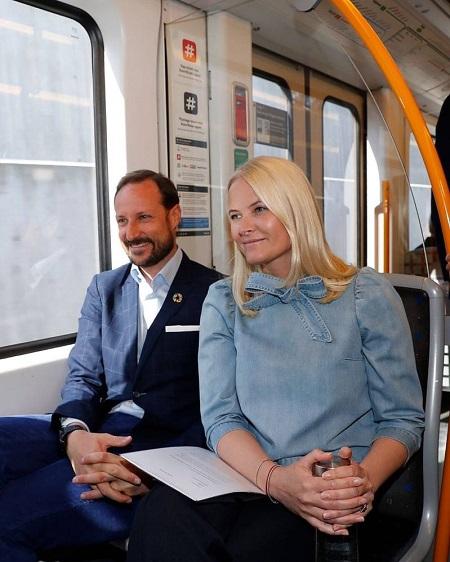Thái tử Haakon và vợ thường xuyên sử dụng phương tiện giao thông công cộng. Ảnh: @ detnorskekongehus / Instagram