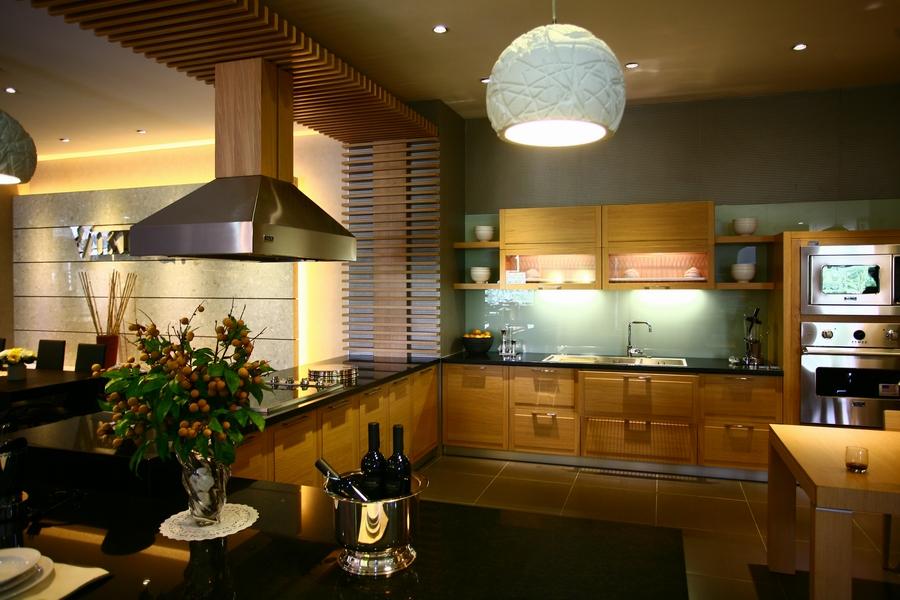 Những thiết bị hiện đại trong bếp vẫn có thể tiềm ẩn nguy cơ gây tai nạn nên gia chủ luôn cần thận trọng. Ảnh: Hà Thành