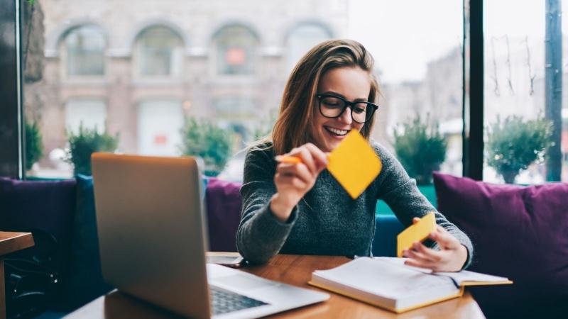 Viết những gì cần nhớ ra giấy, đôi khi tốt hơn cố gắng nhồi nhét nó vào trong đầu. Ảnh minh họa: Shutterstock.