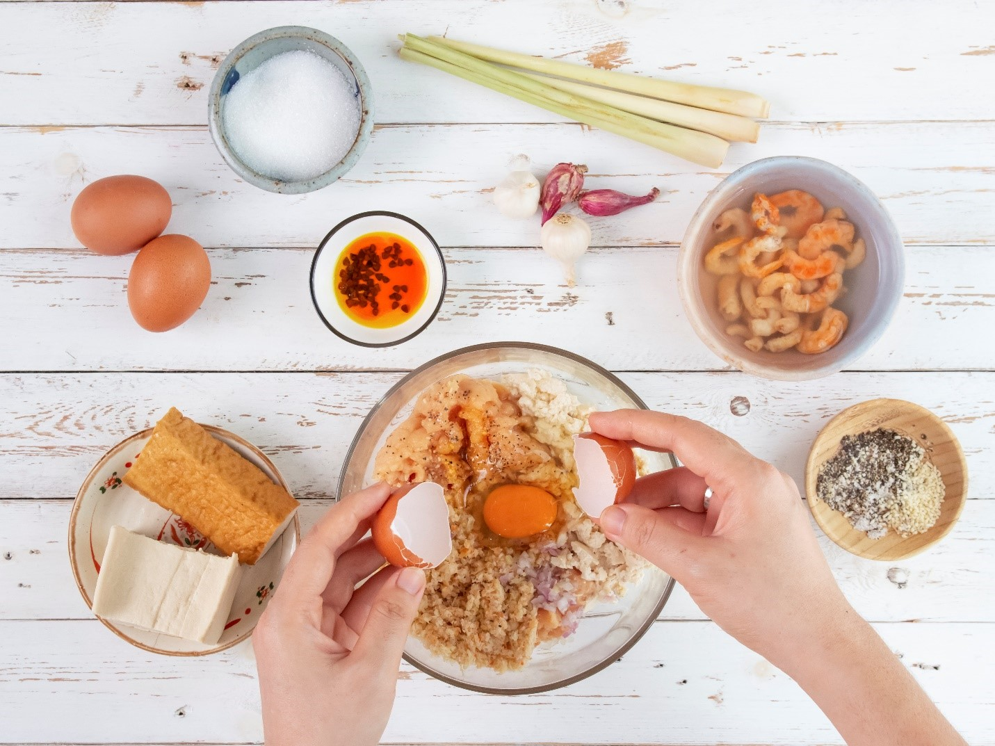 Riêu gà được làm từ tôm khô, thịt gà, đậu phụ, trứng, dầu màu điều trộn gia vị xay nhuyễn. Ảnh: Helen Le