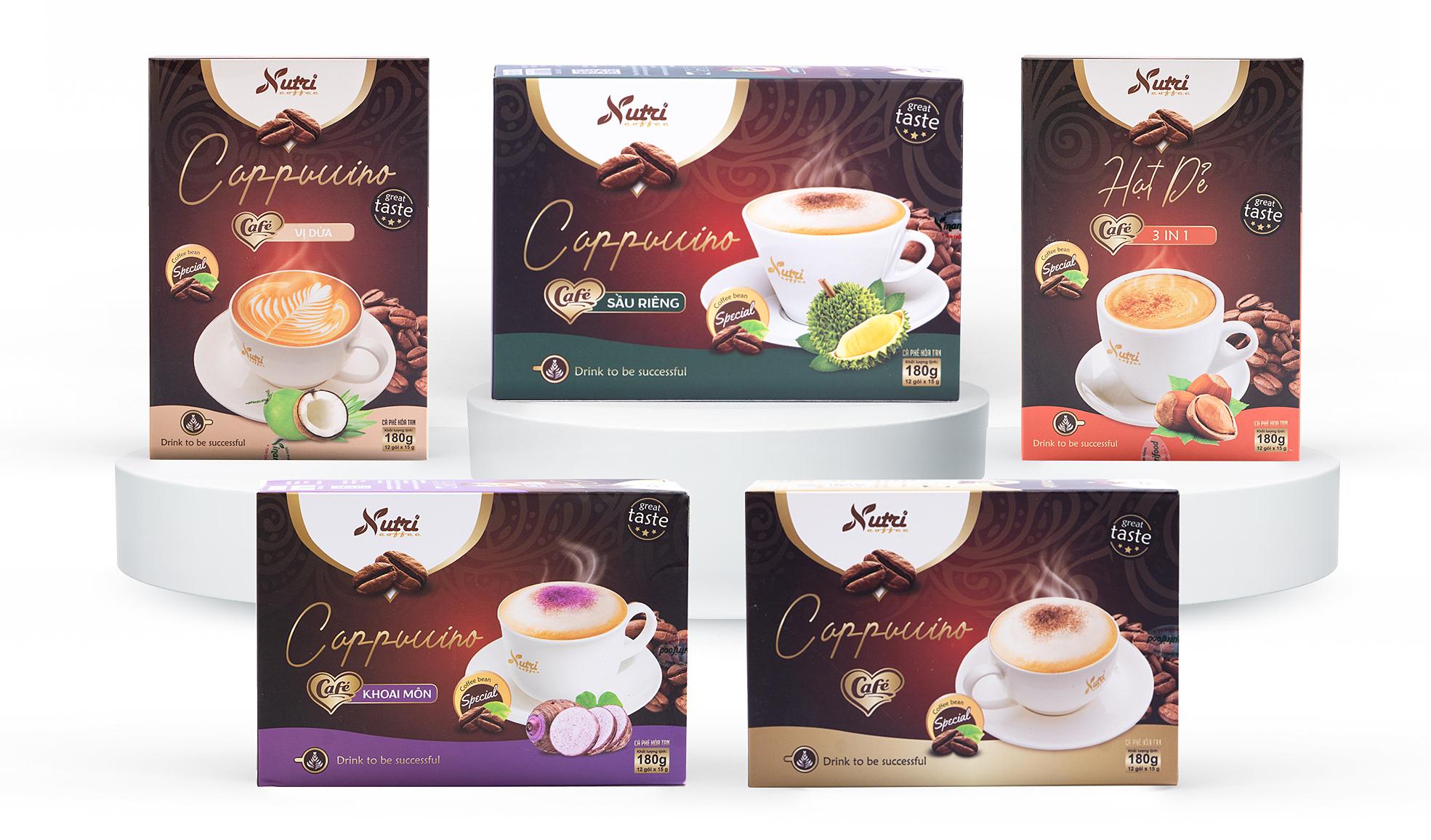 Combo 5 hộp café Capuchino đủ vị giảm 20% còn 263.000 đồng; được pha chế theo cách uống của người Italy với hương vị thơm ngon, đắng nhẹ của café, béo ngậy của bột sữa. Mỗi hộp Café Cappuccino có chứa 12 gói, mỗi gói 15 gram bao gồm: bột kem thực vật (non dairy creamer): 36%; đường tinh luyện 30%; bột kem tạo bọt 20%; bột cà phê hòa tan 12%; phụ gia muối, màu caramen, hương cà phê tổng hợp vừa đủ một gói.Sản phẩm dùng nóng: pha một gói với 40- 60 ml nước nóng hoặc ấm, khuấy đều và thưởng thức. Dùng lạnh: pha 2 gói với 40-60 ml nước nóng hoặc ấm sau đó thêm đá. Có thể dùng đậm hoặc nhạt hơn theo nhu cầu.Tặng một hộp Trà hoa cúc la mã Vinanutrifood cho đơn hàng từ 200.000 đồng (tích chọn quà khi thanh toán - số lượng có hạn).