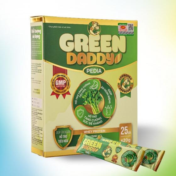 Sữa non Green Daddy Pedia chứa hàm lượng sữa non cao giúp tăng cường hệ miễn dịch của trẻ, bổ sung lượng kháng thể chống viêm nhiễm đường tiêu hóa. Sản phẩm còn chứa L-Lysine (HCl) giúp bé ăn ngon miệng, gia tăng chuyển hóa, phát triển chiều cao, taurine và nhiều dưỡng chất khác hỗ trợ quá trình phát triển ở trẻ. Sản phẩm được nghiên cứu để đáp ứng nhu cầu dinh dưỡng và phù hợp với thể trạng trẻ em Việt Nam; có thể dùng để bổ sung vào chế độ dinh dưỡng của trẻ nhỏ. Tuy nhiên, hiếu nhi và người lớn cũng có thể dùng 2-3 lần mỗi ngày để tăng đề kháng. Sản phẩm không phải là thuốc và không thay thế thuốc chữa bệnh. Một hộp gồm 25 gói, mỗi gói 20 gram đang được bán với giá 1,2 triệu đồng.Tặng một hộp sữa Green Daddy Pedia cùng trọng lượng.