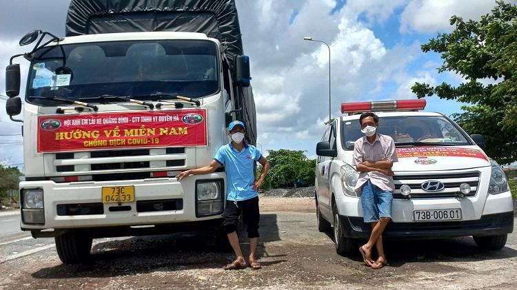 Ông Thông (bên phải) và đồng hương, là một tình nguyện viên chở hàng từ thiện tiếp sức miền nam gặp nhau giữa Sài Gòn, hôm 22/8. Ảnh: Nhân vật cung cấp