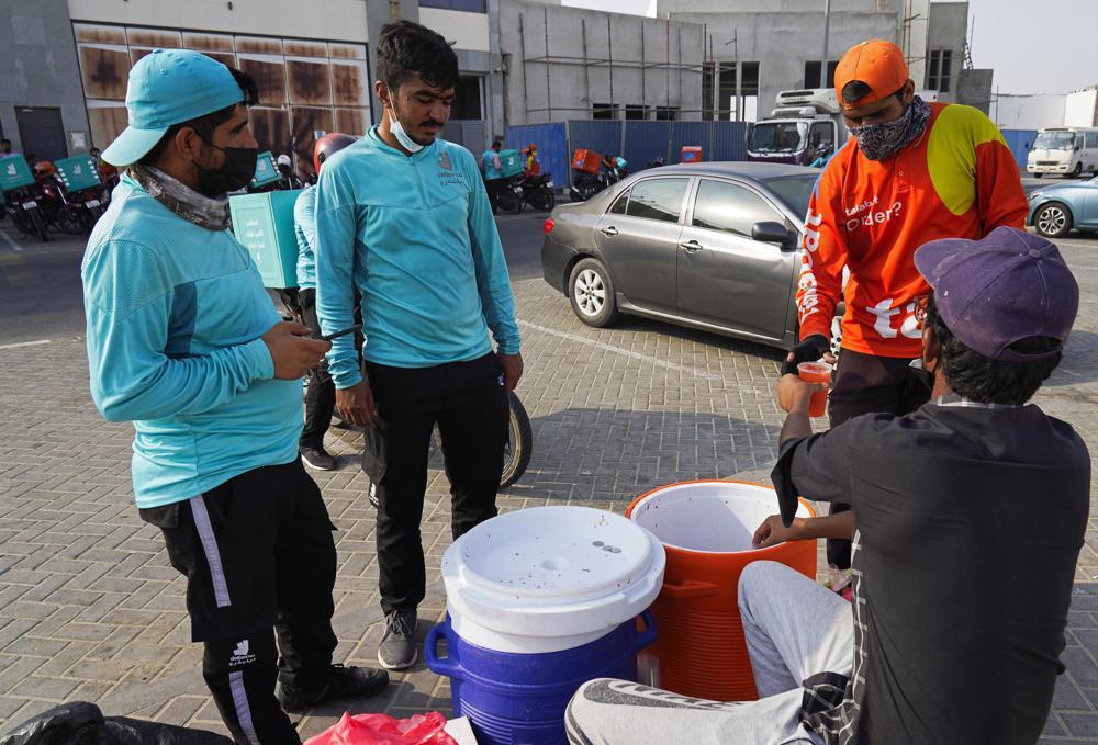 Đa phần tài xế giao đồ ăn ở UAE đến từ các quốc gia Tây Phi. Ảnh: AP