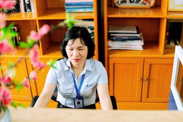 Chị Nguyễn Thị Hoa, trực tổng đài 1022 nhánh 2 trong giờ làm việc.