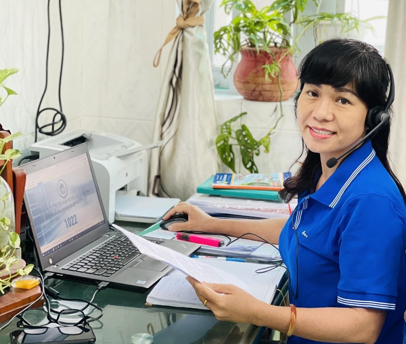 Chị Minh Nguyệt cầm trên tay danh sách thông tin của người nhận hỗ trợ.