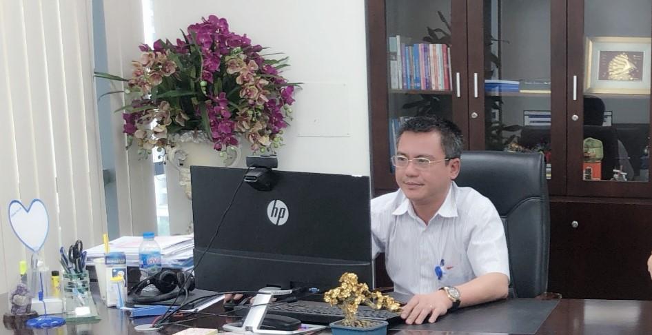 Ông Lê Vũ Hựu - Giám đốc Trung tâm hỗ trợ khách hàng, TCT VNPT VinaPhone thuộc Tập đoàn VNPT điều phối công việc khi giãn cách.