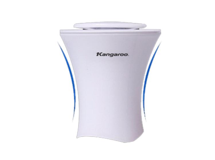 Máy lọc không khí Kangaroo KGAP1 phù hợp dùng cho không gian nhỏ như ô tô, góc làm việc, nôi em bé... Máy có vỏ hai lớp bằng nhựa, kích thước chỉ 66 x 98 x 148 mm, nặng 350 gram, tương đương một lon nước, không tốn diện tích. Bộ lọc gồm 4 lớp: xốp khử trùng, than hoạt tính, bộ lọc HEPA, bộ lọc PP giúp loại bỏ vi khuẩn, ô nhiễm trả lại không khí trong lành dễ chịu cho người dung. Theo thí nghiệm, việc lọc toàn bộ không khí trong xe ô tô từ 7 đến 10m3 (tương đương với xe ô tô tải) chỉ mất chưa đến 1 giờ đồng hồ. Sản phẩm đang được ưu đãi 36% còn 500.000 đồng.