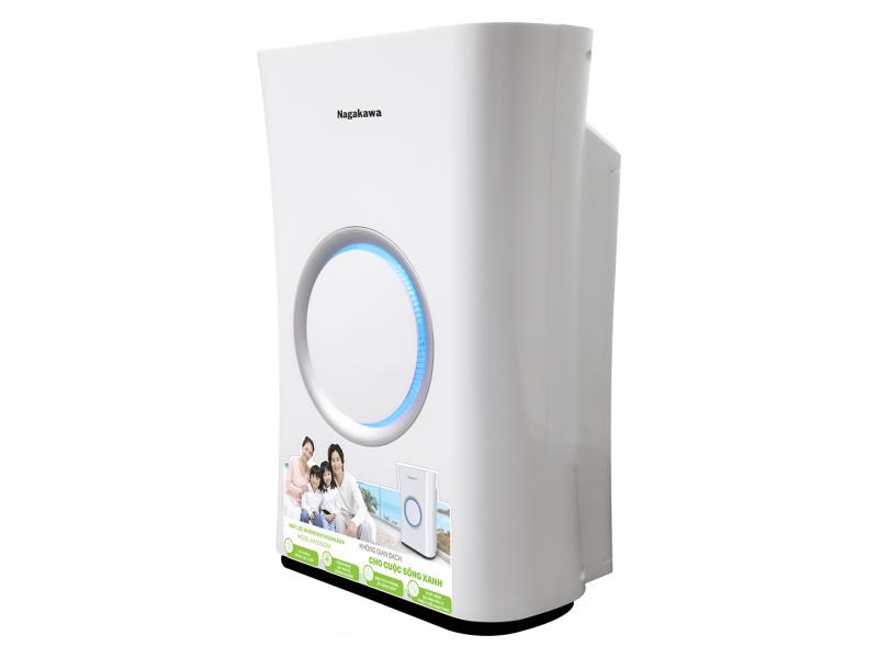 Máy lọc không khí Nagakawa NAG3502M công suất 50 W, sử dụng hệ thống bộ lọc 4 bước chuyên sâu. Đầu tiên màng lọc thô và màng lọc HEPA H13 giúp loại bỏ hiệu quả các hạt ô nhiễm, khói, bào tử nấm, lông thú và các hạt bụi siêu mịn, vi khuẩn trong không khí...; màng lọc than hoạt tính giúp loại bỏ hiệu quả các loại mùi, các chất gây dị ứng cũng như các hợp chất hữu cơ dễ bay hơi. Chức năng tạo ion âm được ví như vitamin của không khí, giúp tăng cường sự trao đổi oxy trong phổi.  Vỏ máy bằng nhựa ABS, kích thước 382 x 223 x 548 mm, tốc độ phân phối không khí sạch (CADR) đạt 400m3/h, phù hợp diện tích sử dụng tới 50m2. Máy điều khiển bằng cảm ứng, gồm 3 chế độ vận hành, 3 tốc độ lọc, thời gian hẹn tắt đến 12h, có chế độ khóa trẻ em. Máy có đèn LED báo hiệu độ trong lành của không khí và trạng thái bộ lọc cảnh bảo người dùng biết khi nào cần thay thế. Sản phẩm đang được ưu đãi 22% còn 5,99 triệu đồng.