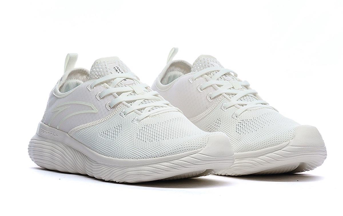 Giày nam Anta 812027718-2 màu trắng; chất liệu vải lưới, da tổng hợp, TPU; đế cao su mềm, êm ái; thiết kế thoáng khí, giúp cân bằng nhiệt và độ ẩm trong những điều kiện môi trường khác nhau. Đế có các đường rãnh chống trơn trượt; phom giày ôm nhẹ, tạo cảm giác thoải mái khi vận động.