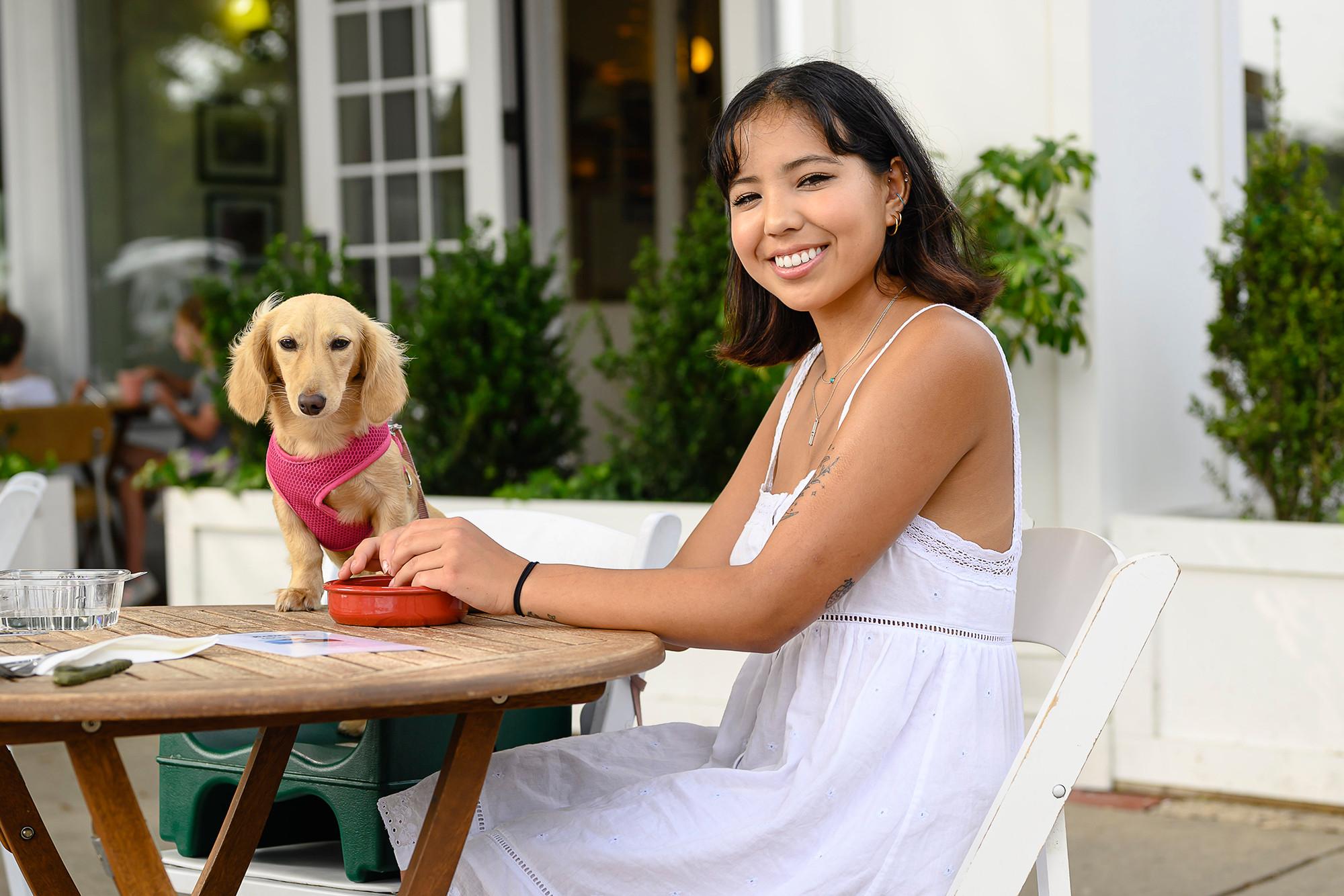 Tiffany và chú chó của cô, Miffy, cùng nhau ăn tối tại nha fhangf nổi tiếng Babettes - nơi cung cấp thực phẩn hữu cơ cho động vật. Ảnh: Nypost