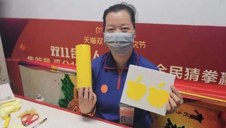 Phố Sài Hồng bên giấy dính côn trùng màu vàng hình trái cây. Cô tự nghiên cứu quy luật của loài muỗi để bắt loài côn trùng gây hại này theo kinh nghiệm của mình. Ảnh: The paper.