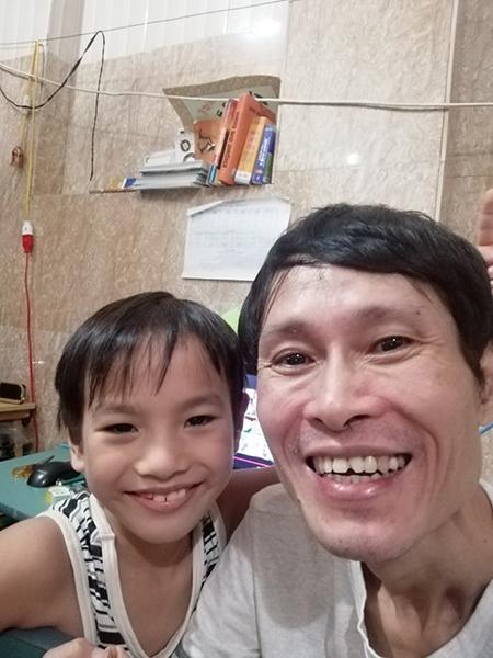 Anh Nguyễn Thế Hùng và con trai. Anh Hùng bị cắt phổi trái năm 2009 do tắc nghẽn mãn tính, phổi phải rất yếu khiến anh không làm được việc nặng. Ảnh: Nhân vật cung cấp.