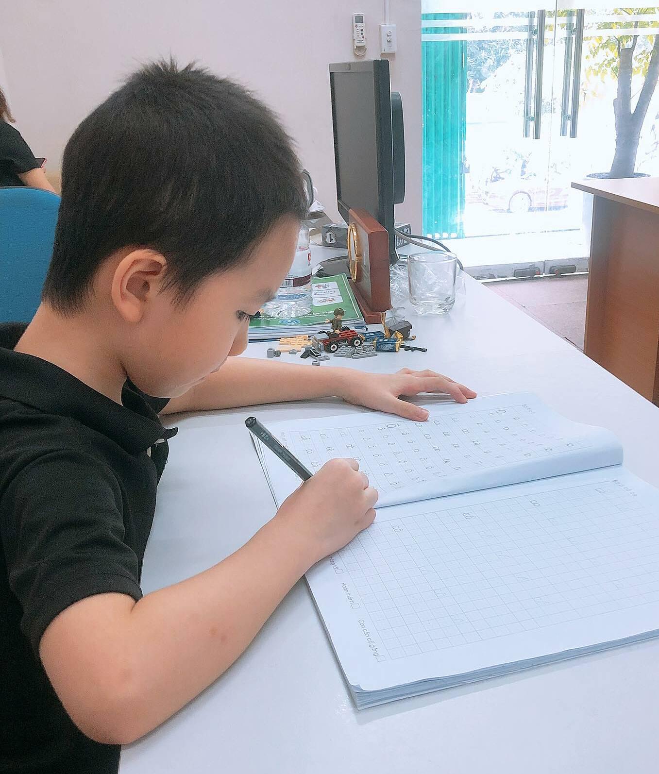 Trường Anh làm bài tập tại cơ quan mẹ sáng 21/9. Ảnh: Gia đình cung cấp.