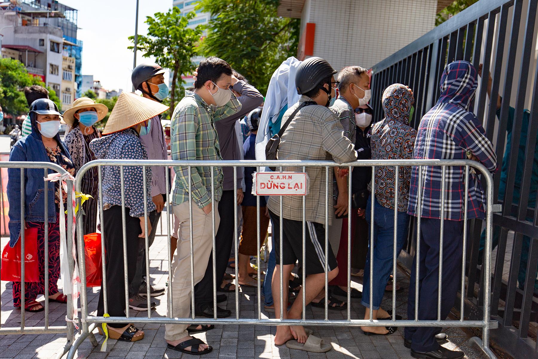 Người dân chen chúc chờ mua bánh Trung thu tại trường tiểu học Chu Văn An, chiều 19/9. Ảnh: Tùng Đinh.