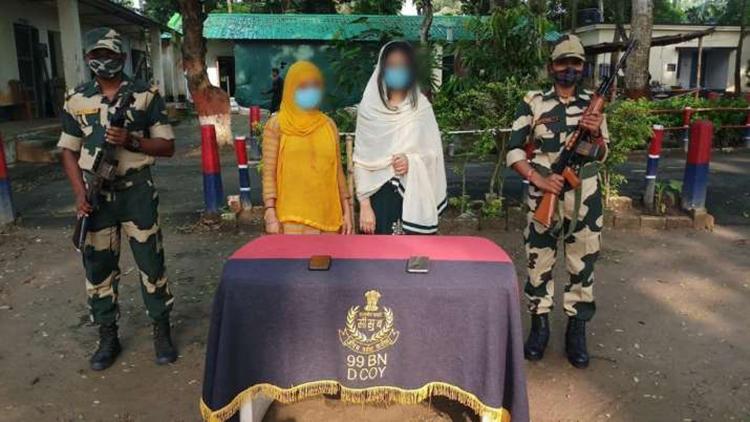 Asiya và con gái Marium trong lễ bàn giao, trở về Bangladesh. Ảnh: vice.com