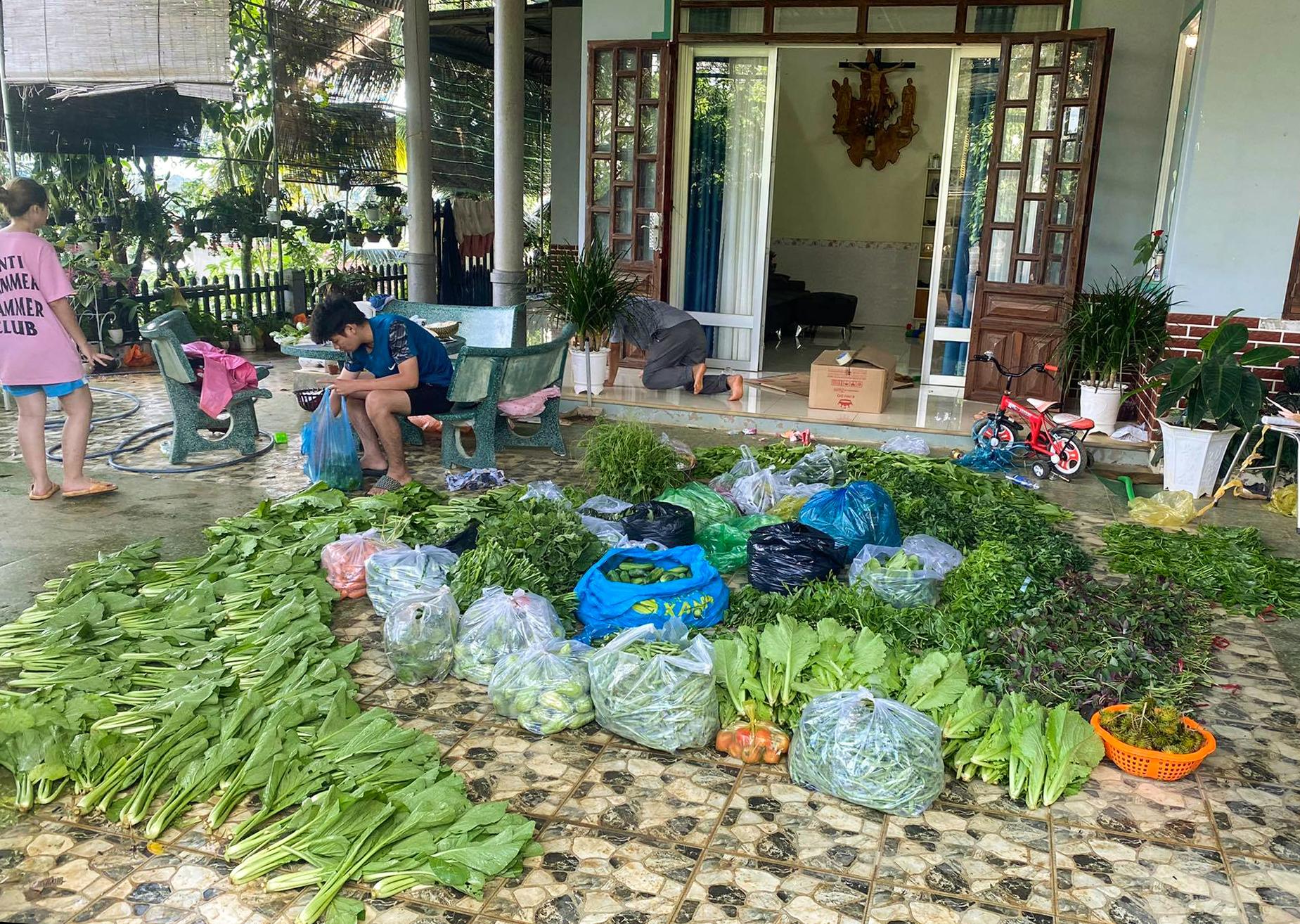 Chị Trâm hong khô rau củ trước khi đóng thùng chuyển về TP HCM. Ảnh: Nhân vật cung cấp.