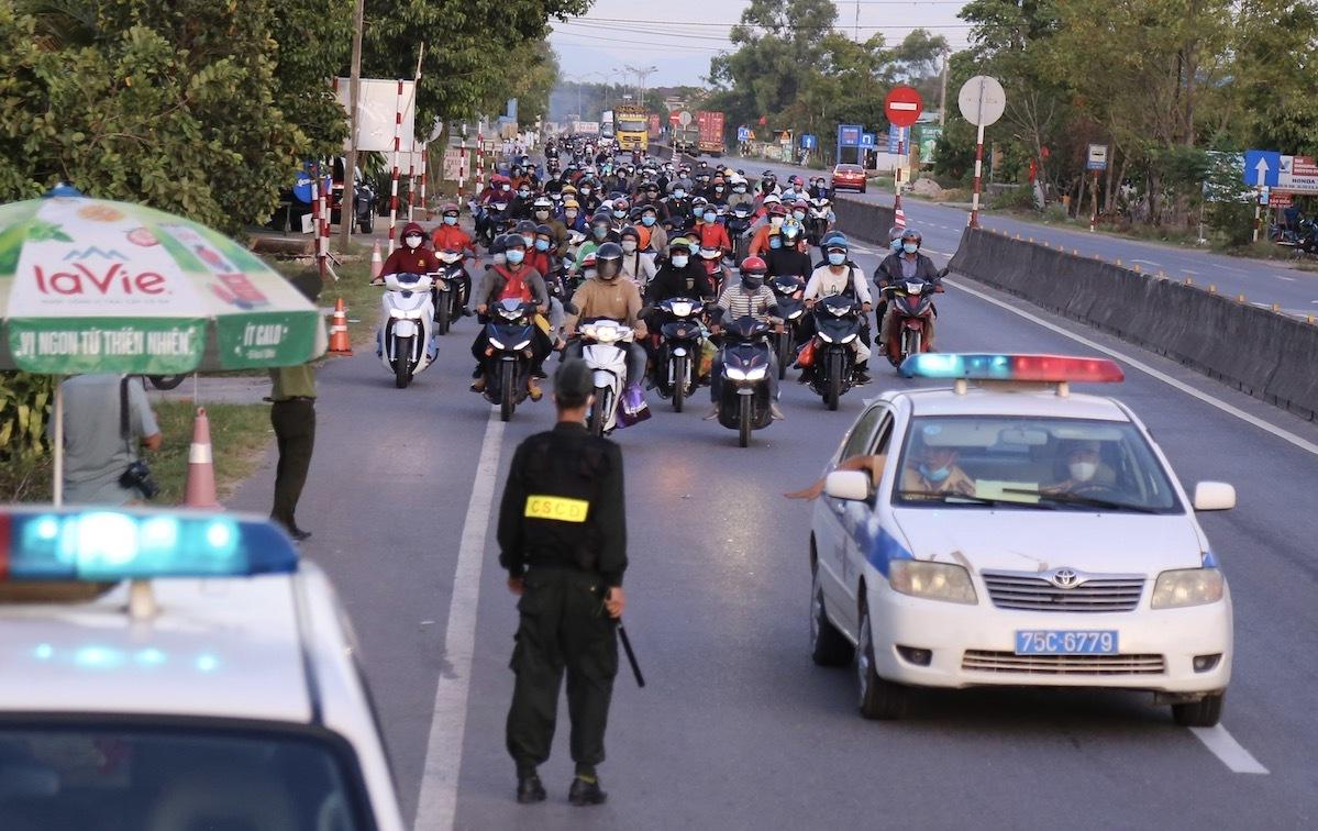 Người miền Trung từ TP HCM và các tỉnh phía nam, đi xe máy về quê tránh dịch Covid-19, tại đoạn quốc lộ 1A qua xã Hải Trường, Hải Lăng, Quảng Trị, ngày 2/8/2021. Ảnh: Hoàng Táo.