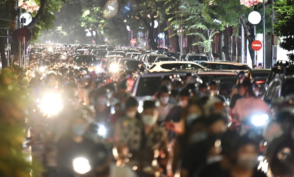 Phương tiện ùn tắc tại tuyến phố trung tâm Hà Nội, tối 21/9. Ảnh:Huy Thành