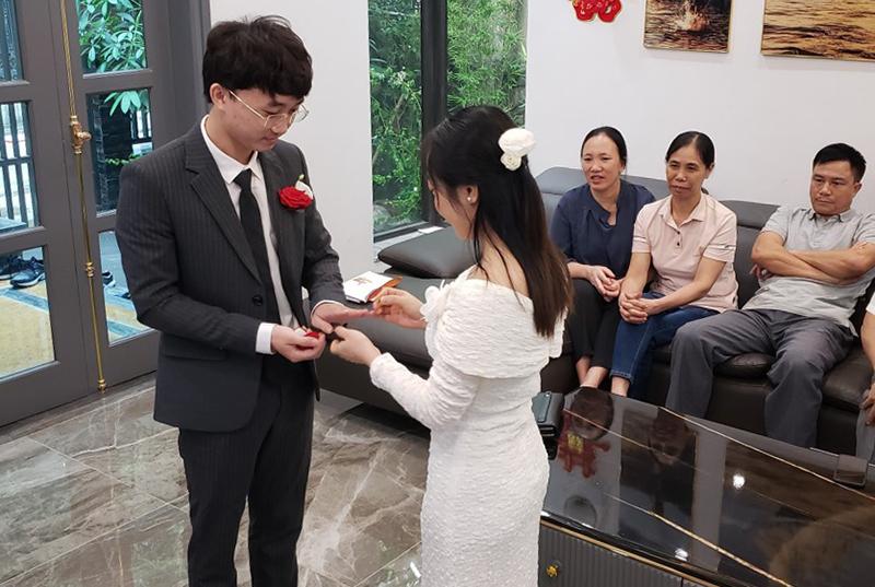 Cô dâu Nguyễn Thị Bích Phương và chú rể Vũ Khắc Hùng trao nhẫn cho nhau trong đám cưới online của họ hôm 22/9. Ảnh: Nhân vật cung cấp.