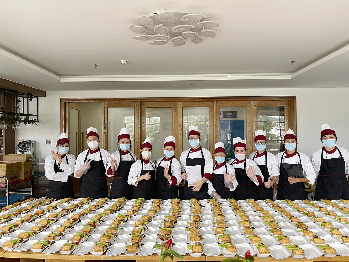 Các thành viên trong gian bếp yêu thương mỗi ngày phục vụ hơn 300 suất cơm gửi đến bệnh viện. Ảnh: Kiengcan.