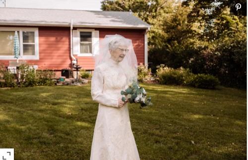 Bà lão lần đầu được mặc váy cưới, sau 77 năm kết hôn. Ảnh: HILARY MICHELSON