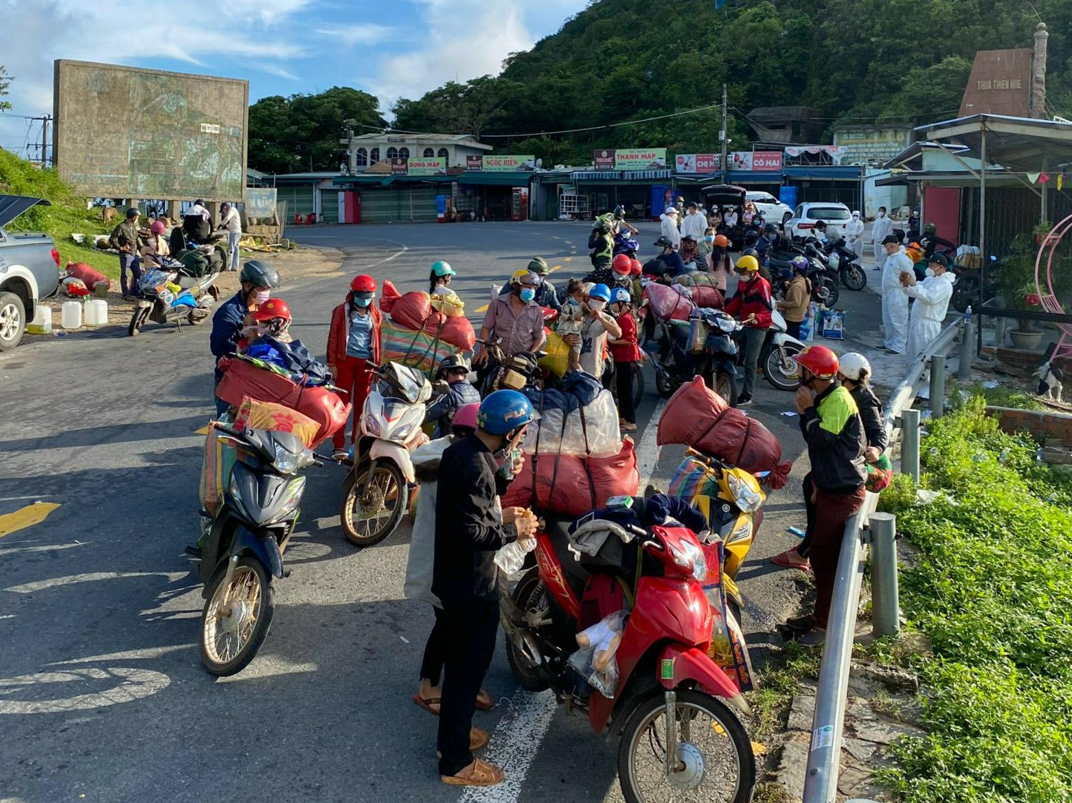 Người về quê đang dừng chân và được nhóm anh Phúc hỗ trợ trên đỉnh đèo Hải Vân ngày 28/9. Ảnh: Phúc Vạn Phúc.