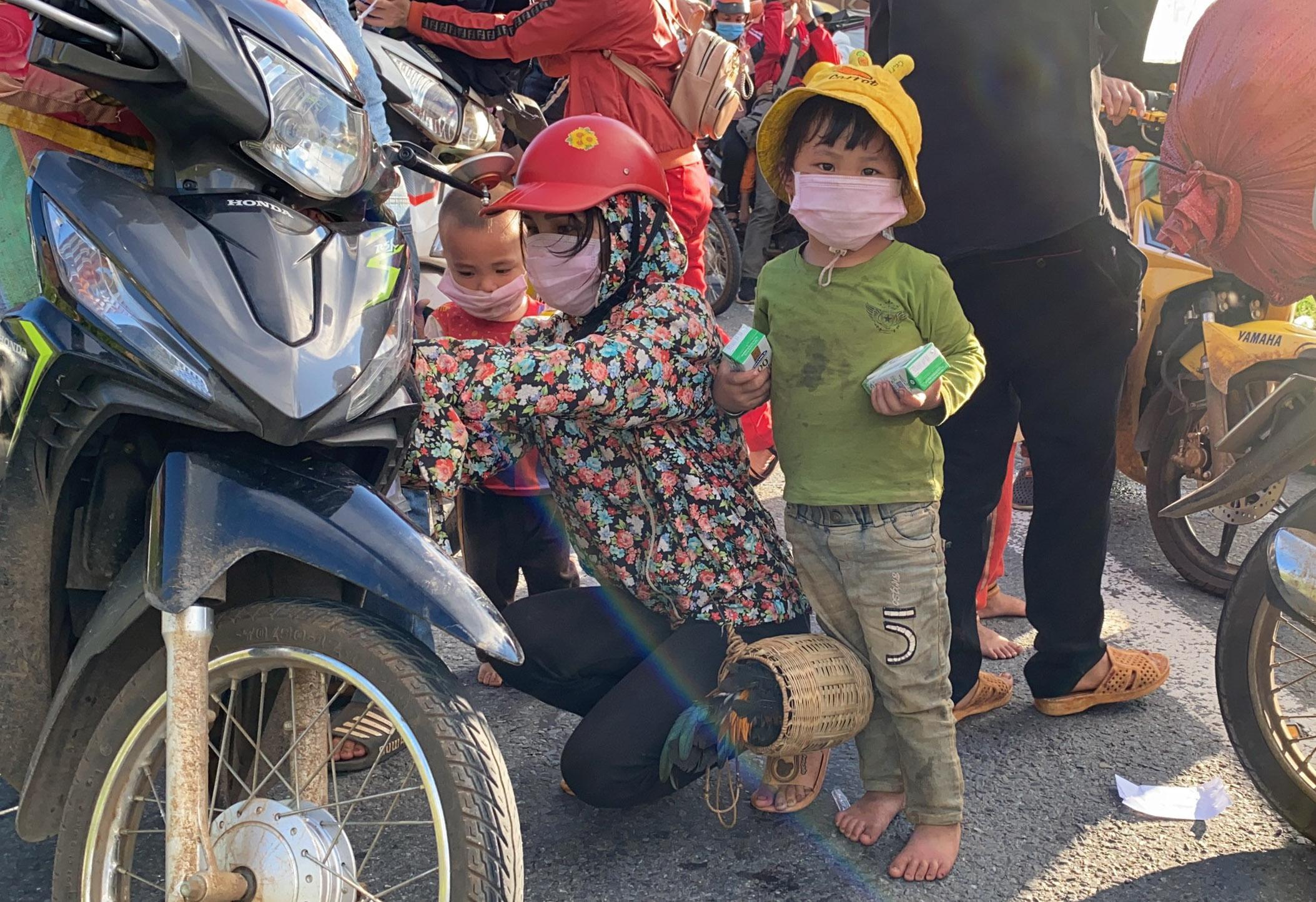Rất nhiều em nhỏ theo ba mẹ trên hành trình hồi hương được nhóm của anh Phúc hỗ trợ sữa tươi. Ảnh: Phúc Vạn Phúc.