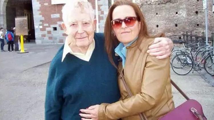 Ông Reg Green và người nhận gan của Nicholas, cô Maria chụp ảnh kỷ niệm khi ông quay trở lại Italy năm 2019. Ảnh: guokr.com