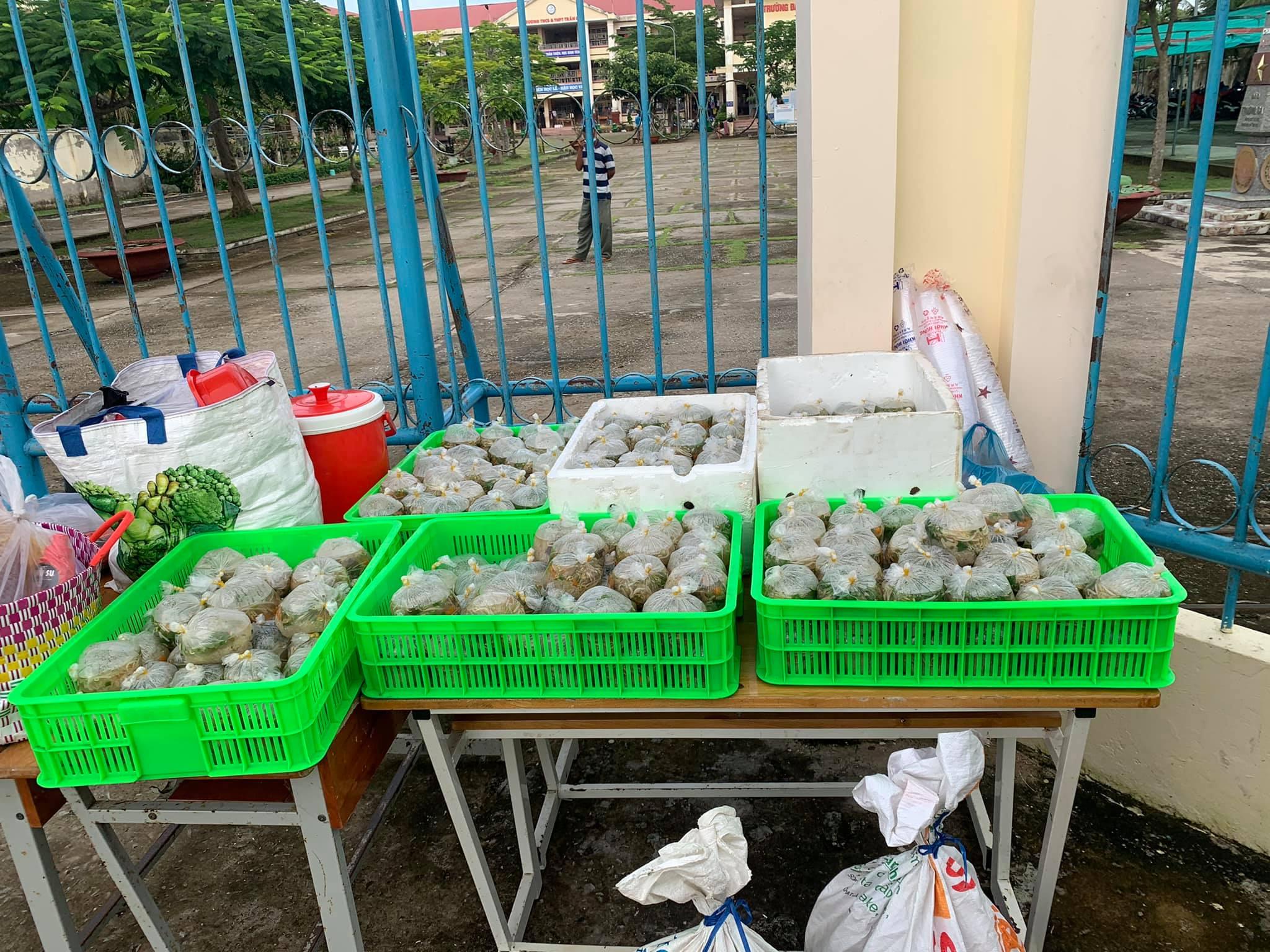 Những suất cháo được chị Như và mọi người mang đến khu cách ly tại trường THCS Trần Đề, ngày 4/10. Ảnh: Nhân vật cung cấp.