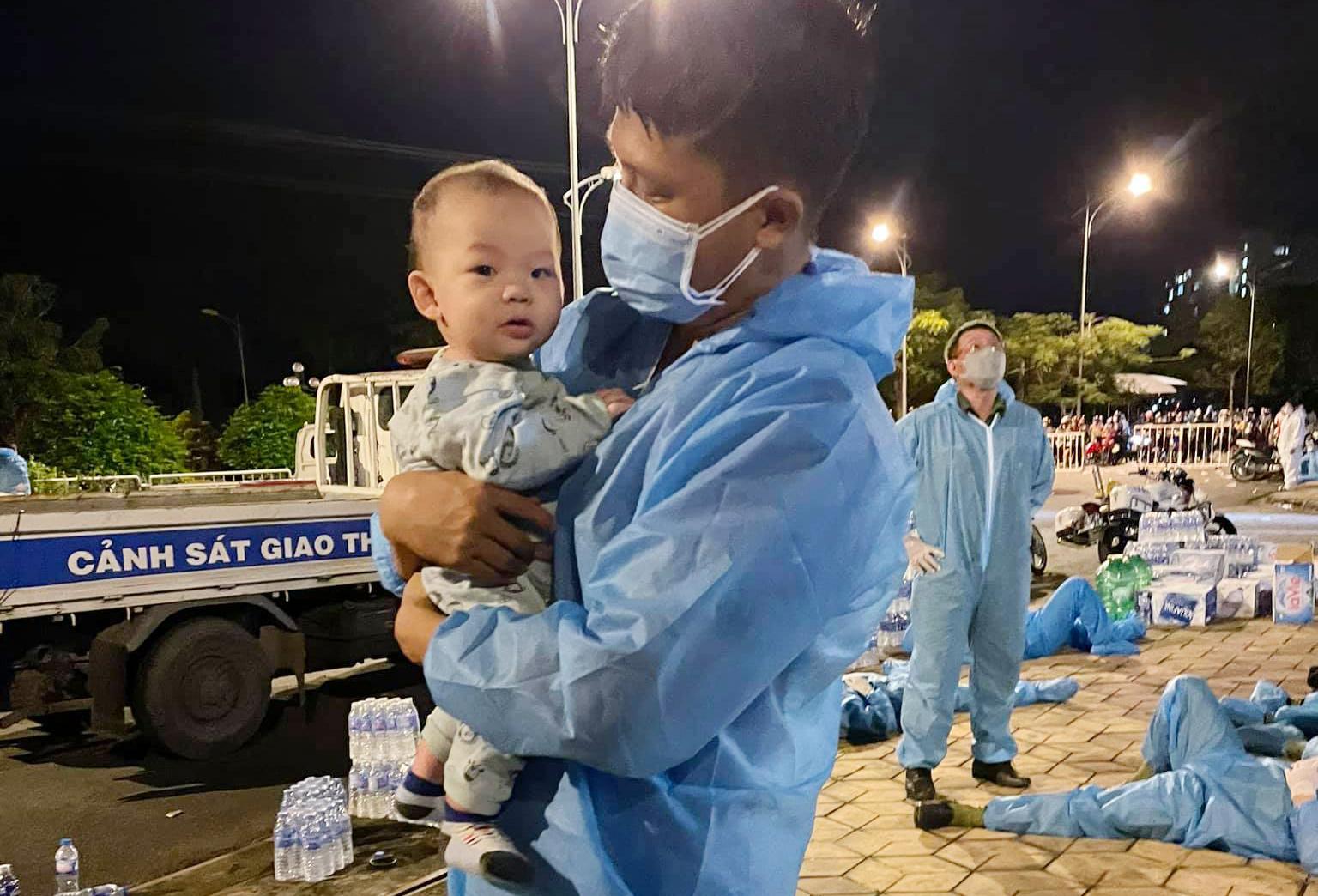 Vịnh làm bảo mẫu bất đắc dĩ cho một em bé bị lạc mẹ tại điểm trường Đại học An Giang, rạng sáng 2/10. Ảnh: Nhân vật cung cấp.
