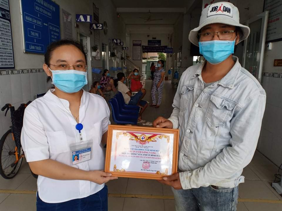 Mr. Tuan received a gratitude certificate from Tam Anh Duc General Hospital for supporting free meals, taking the name Vu Dinh Tuan.  Photo provided by the character