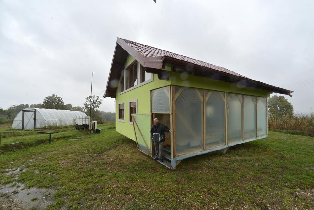 Ông cụ xây nhà xoay 360 độ cho vợ - 1