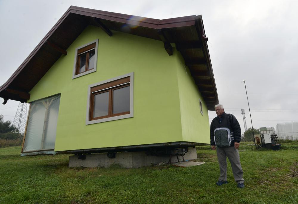 Ông cụ xây nhà xoay 360 độ cho vợ